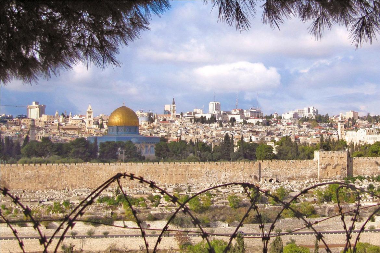 Vue de la ville de Jérsusalem à travers des barbelés